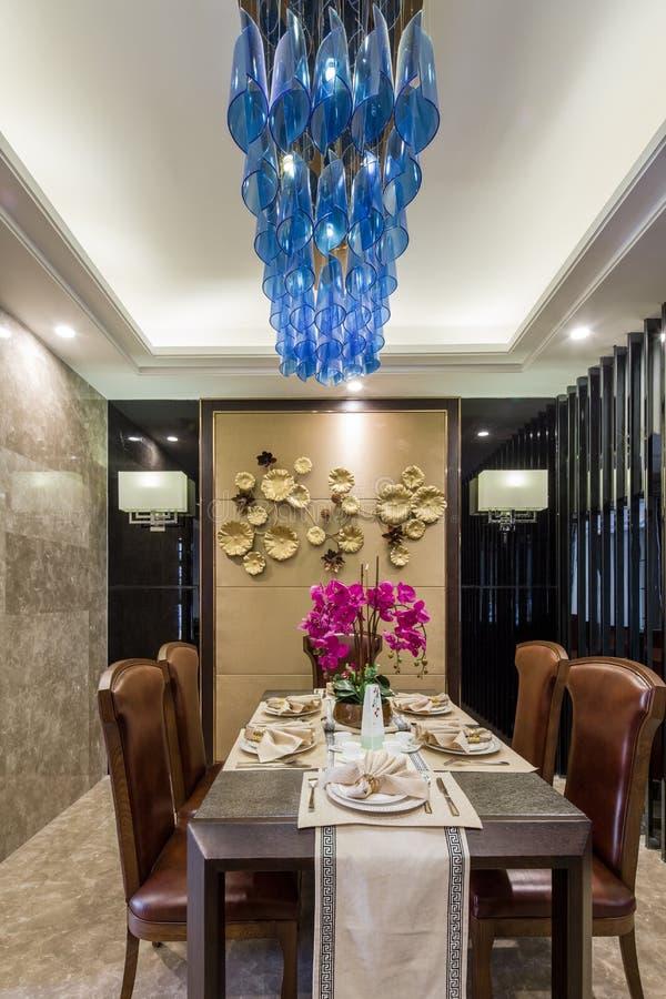 Diseño casero interior de lujo moderno de la decoración que cena el chalet imagenes de archivo
