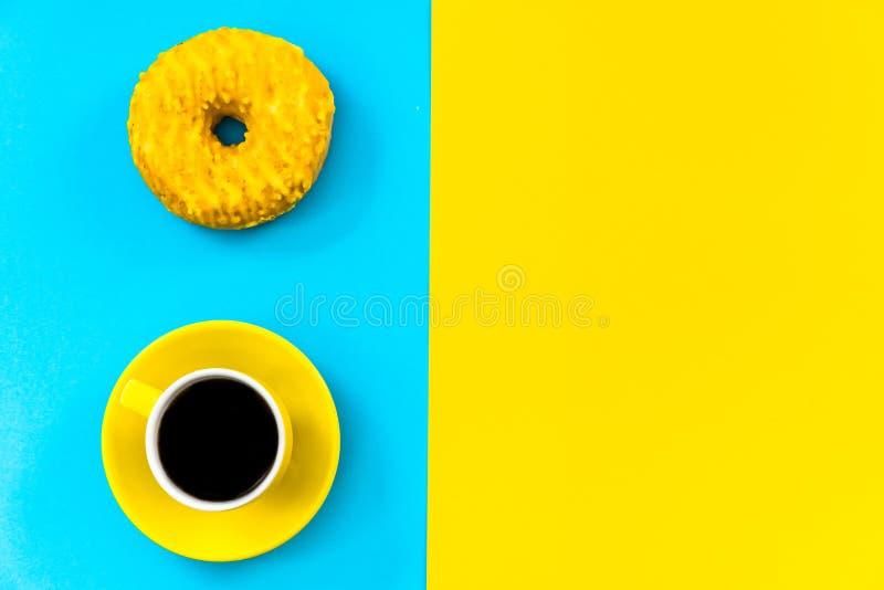 Diseño colorido minimalistic de la taza y del buñuelo de café imagen de archivo libre de regalías