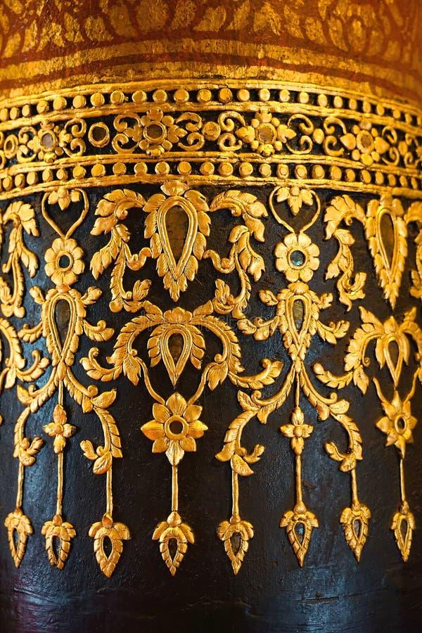 Diseño concreto de oro del estuco del vintage de diseño tailandés tradicional foto de archivo