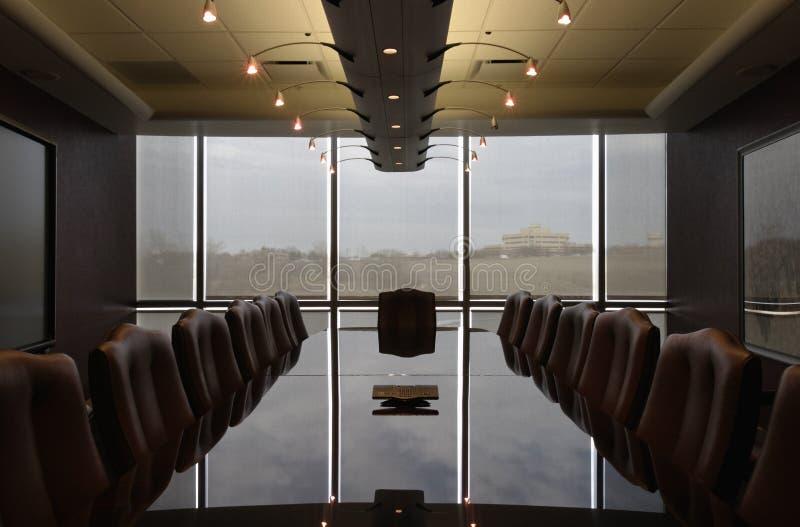 Diseño contemporáneo de la sala de reunión formal vacía imagen de archivo libre de regalías