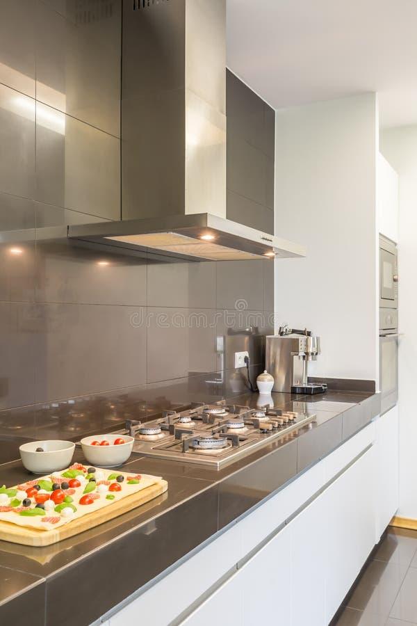 Diseño de acero de la cocina con la estufa fotografía de archivo libre de regalías