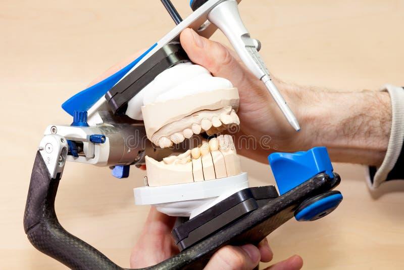 Diseño de dental facial artificial en el dispositivo imagenes de archivo