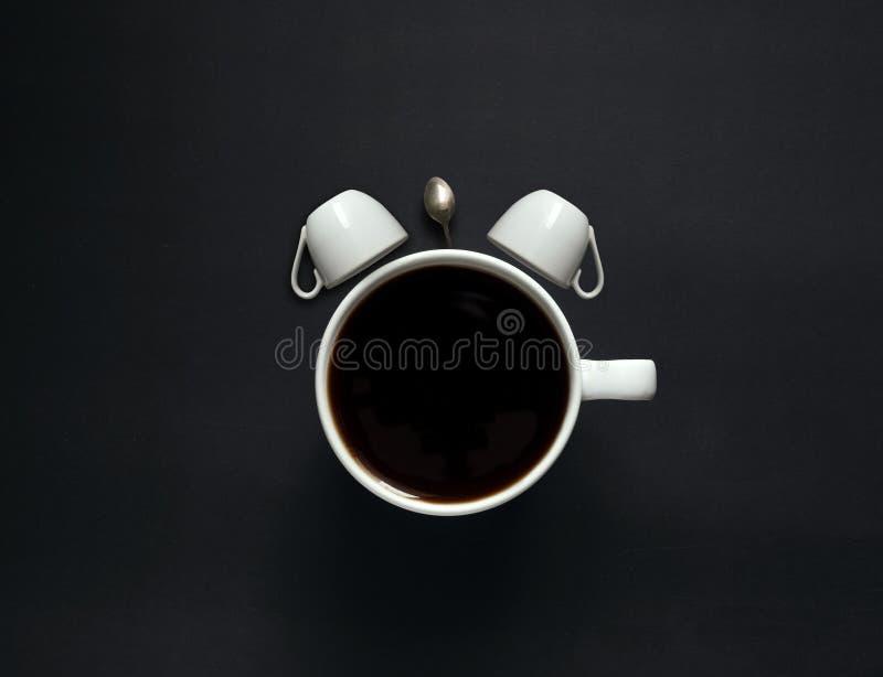 diseño de despertador de campana gemela por taza de café imágenes de archivo libres de regalías
