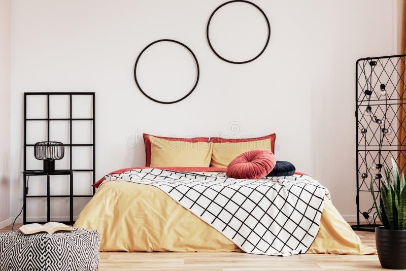 Diseño de habitación amarillo y jengibre con acentos negros foto de archivo