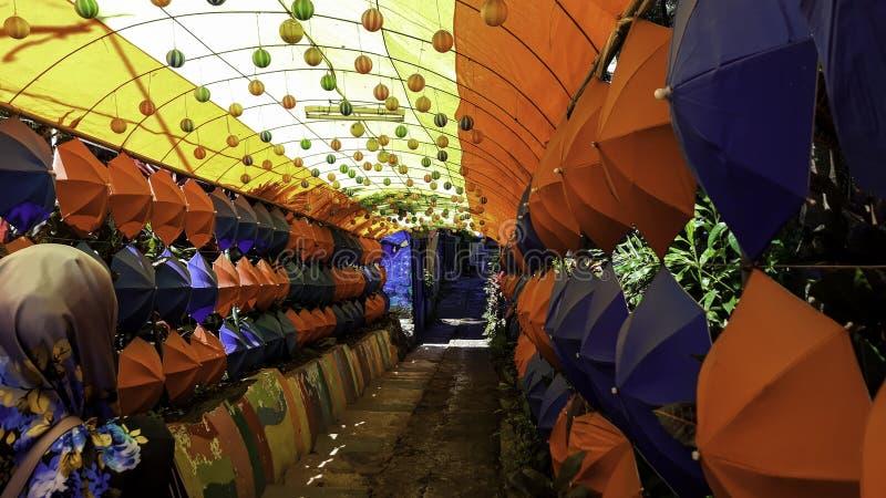 Diseño de la calle Fondo colorido del cielo de los paraguas Paraguas coloridos en el cielo foto de archivo libre de regalías