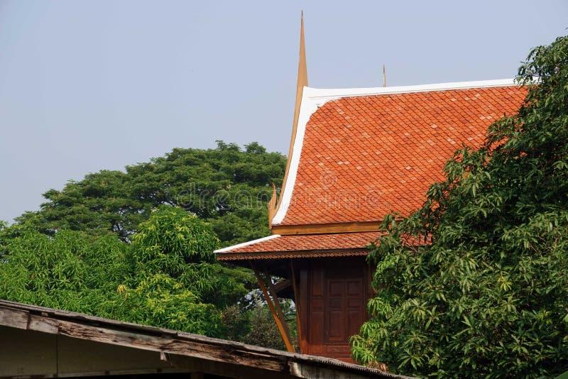 Diseño de la casa del tejado en estilo tailandés fotos de archivo