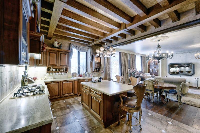 Diseño De La Cocina En Interior Casero De Madera Foto de archivo ...