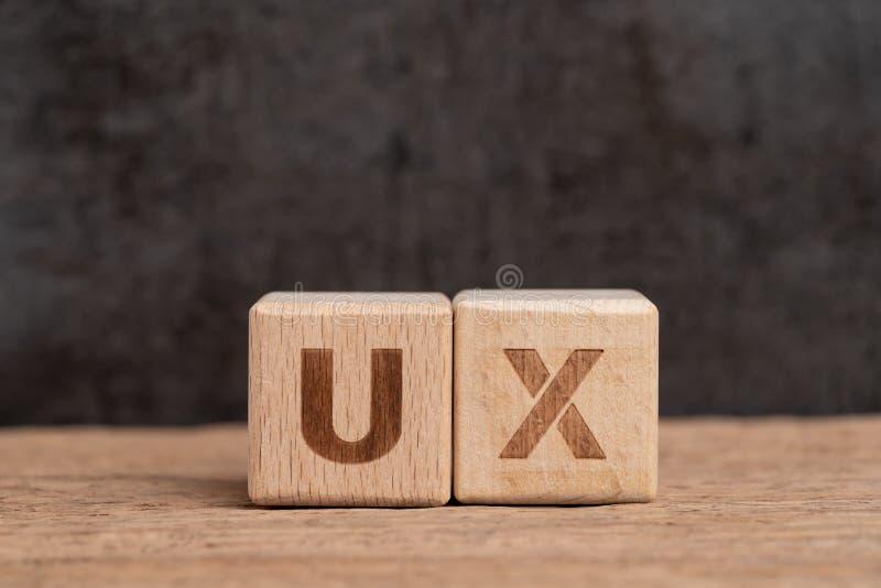 Diseño de la experiencia del usuario de UX en producto y concepto del servicio, siglas de madera UX del edificio del bloque del c imágenes de archivo libres de regalías