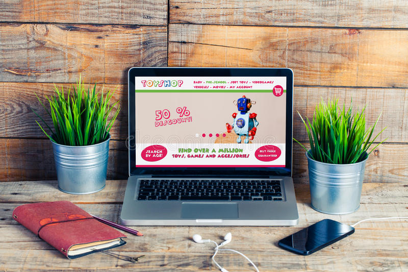 Diseño de la plantilla del sitio web de la tienda del juguete en un ordenador portátil fotografía de archivo libre de regalías