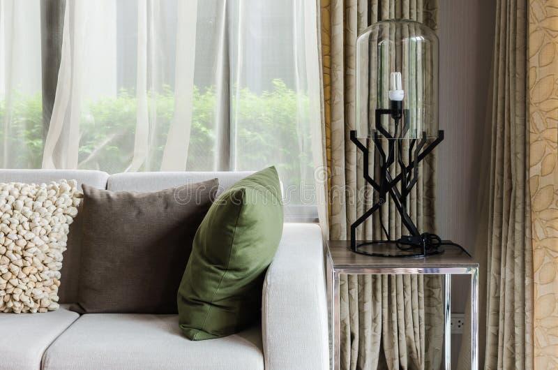 Diseño de la sala de estar con el sofá blanco imágenes de archivo libres de regalías