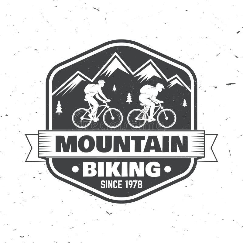 Diseño de la tipografía del vintage con la silueta de la bici y de la montaña del montar a caballo del hombre stock de ilustración