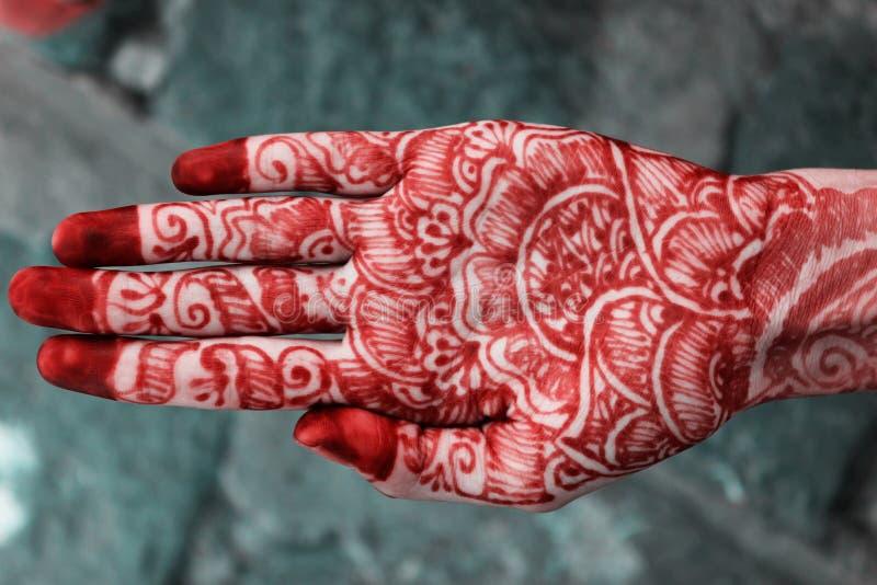 Diseño de Mehandi en mano india imagenes de archivo
