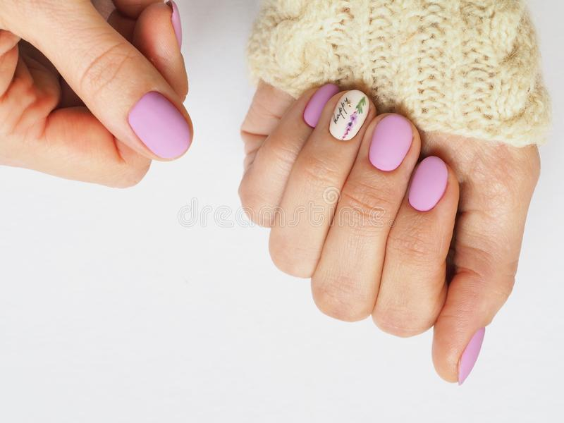 Diseño de moda de la manicura de la lila en la mano imagen de archivo libre de regalías