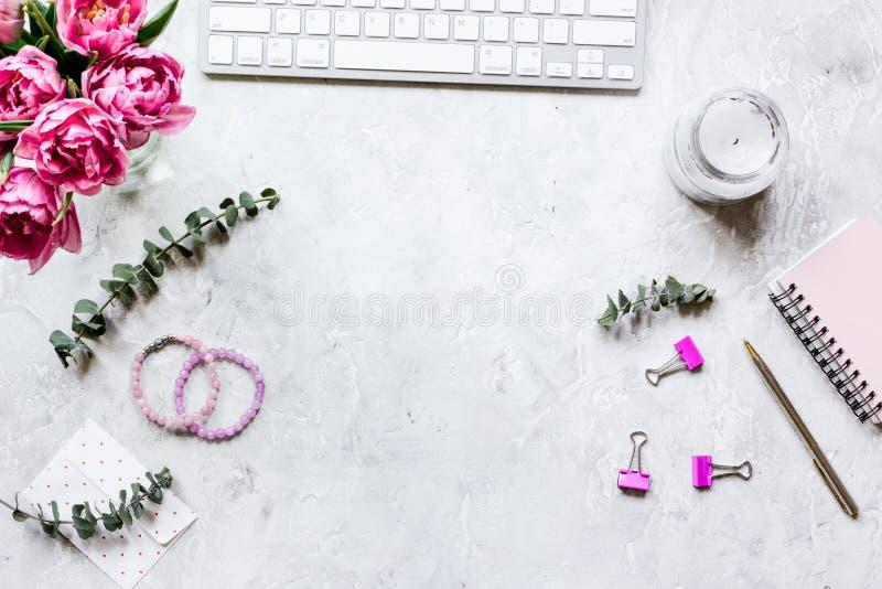 Diseño de moda de workdesk con el flor en el top blanco del fondo v imágenes de archivo libres de regalías