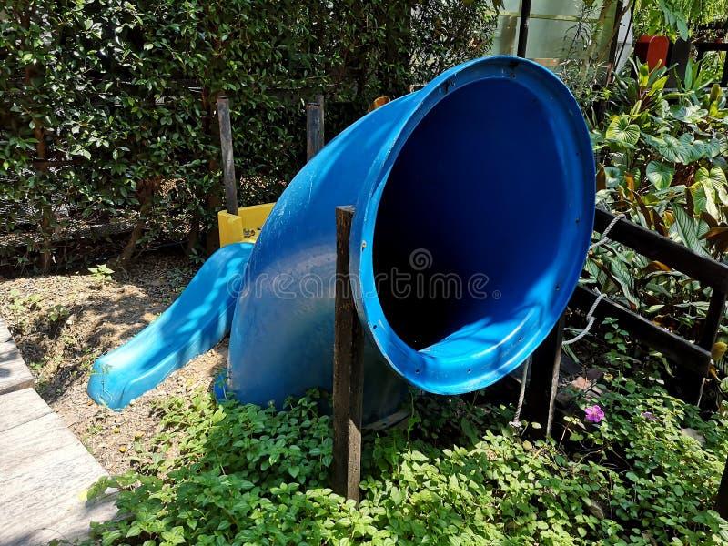 Diseño de montaje de conexión de 90 grados de codo azul en el jardín imagenes de archivo