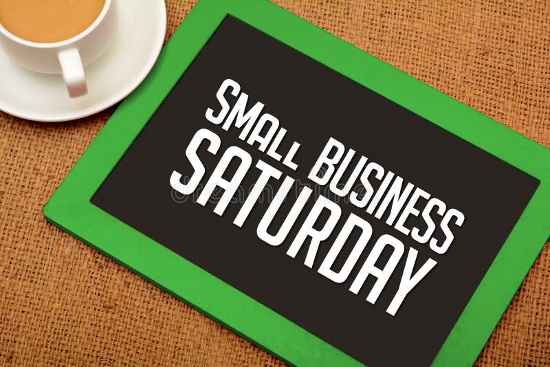 Diseño de sábado de la pequeña empresa en la pizarra con la taza de té imagen de archivo libre de regalías