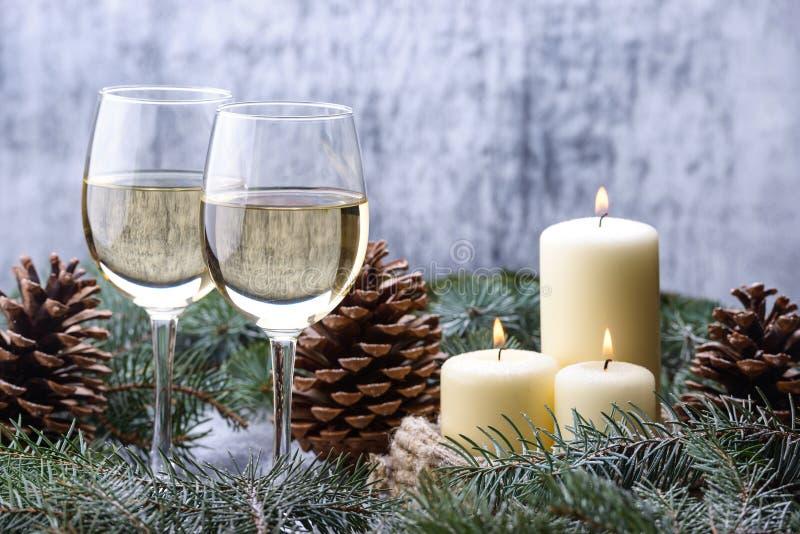 Diseño de tarjeta del Año Nuevo con dos vidrio-vino, velas y la Navidad imágenes de archivo libres de regalías