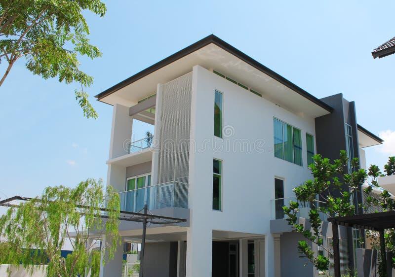 Dise o de tres pisos moderno de la casa de planta baja foto de archivo imagen de jard n - Casas de planta baja disenos ...