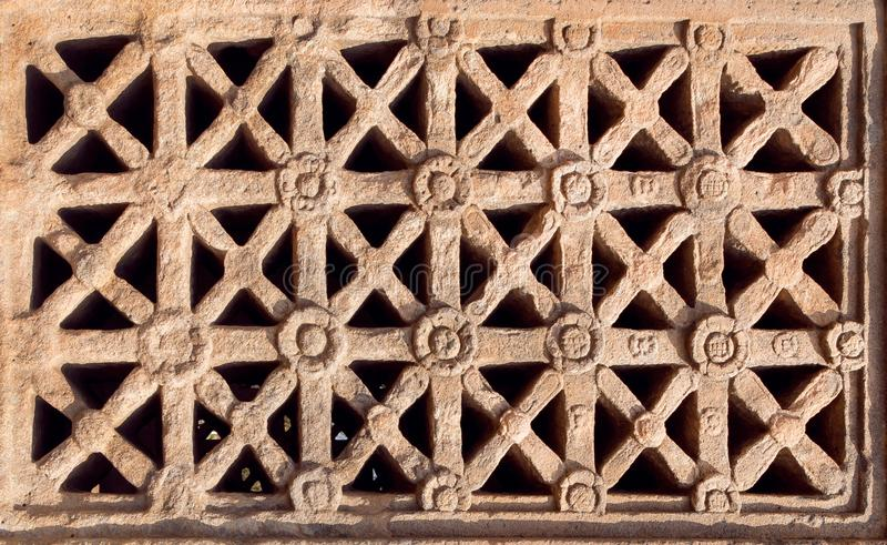 Diseño de ventana tallada en ejemplo indio de la arquitectura del roca-corte Templo hindú del siglo VII en la ciudad Pattadakal,  foto de archivo