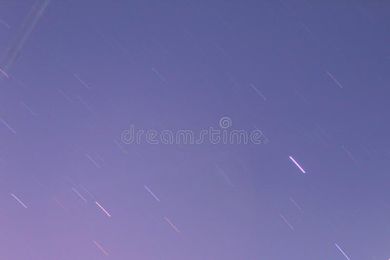 Diseño del rastro de la estrella hecho clic en la noche foto de archivo