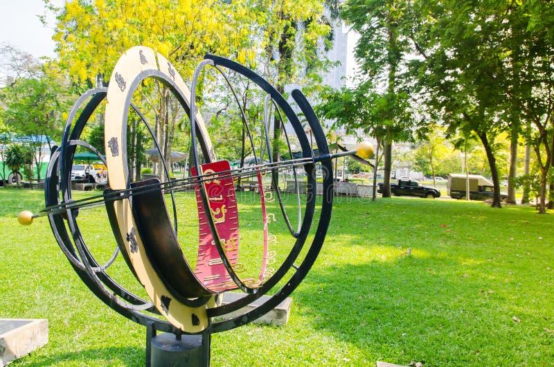 Diseño del vintage de reloj de sol del círculo 3D con número tailandés usando como decoración del parque en el parque de Lumpini imagen de archivo libre de regalías