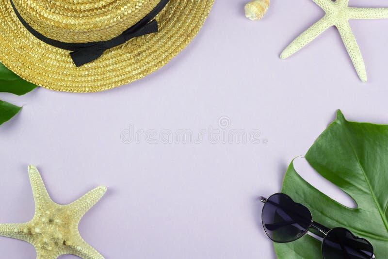 Diseño determinado de las vacaciones tropicales de la playa con el fondo del rosa en colores pastel fotografía de archivo libre de regalías