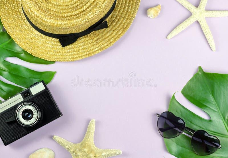 Diseño determinado de las vacaciones tropicales de la playa con el fondo del rosa en colores pastel imagen de archivo libre de regalías