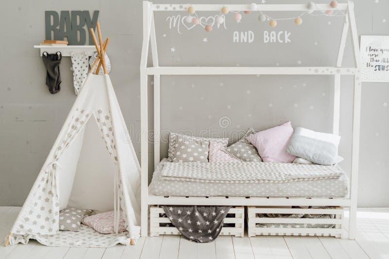 Diseño en colores pastel de la almohada del sitio interior del dormitorio del bebé imagen de archivo