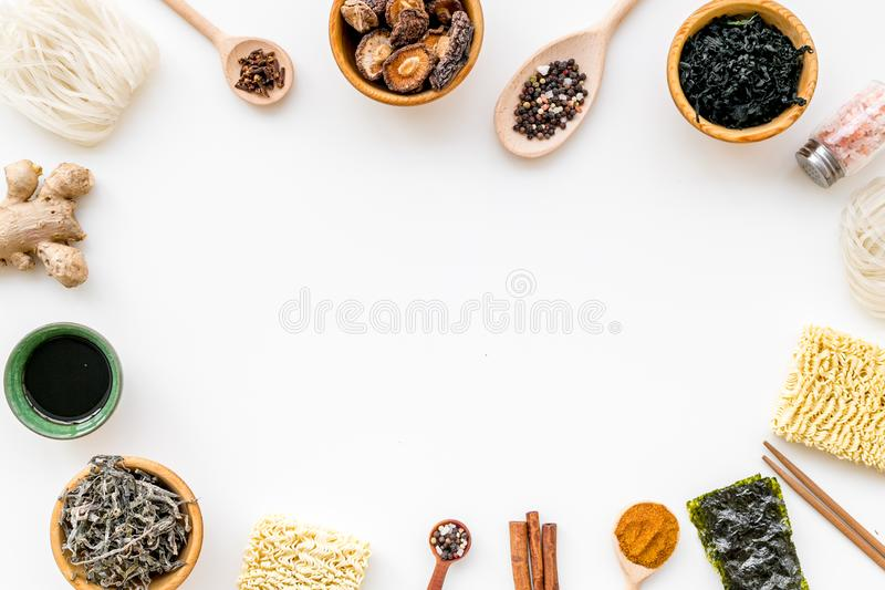 Diseño geométrico con el chino, productos japoneses, tallarines, malas hierbas, especias, setas en la maqueta blanca de la opinió fotos de archivo