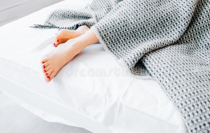Diseño interior casero de ropa de cama de los productos de materia textil fotografía de archivo libre de regalías