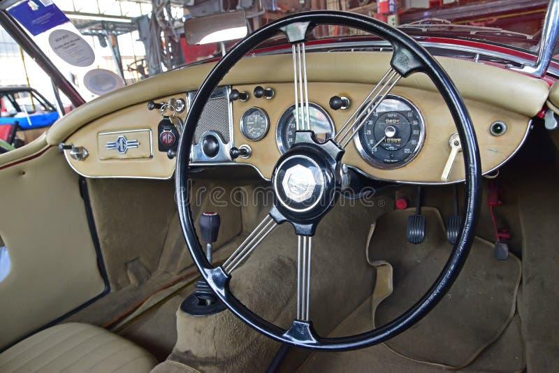 Diseño interior de coche de deportes clásico viejo de Morris Garage en color beige foto de archivo libre de regalías