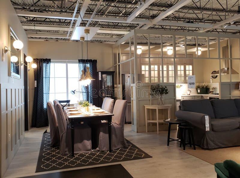 Diseño interior de la casa moderna agradable en IKEA imagen de archivo