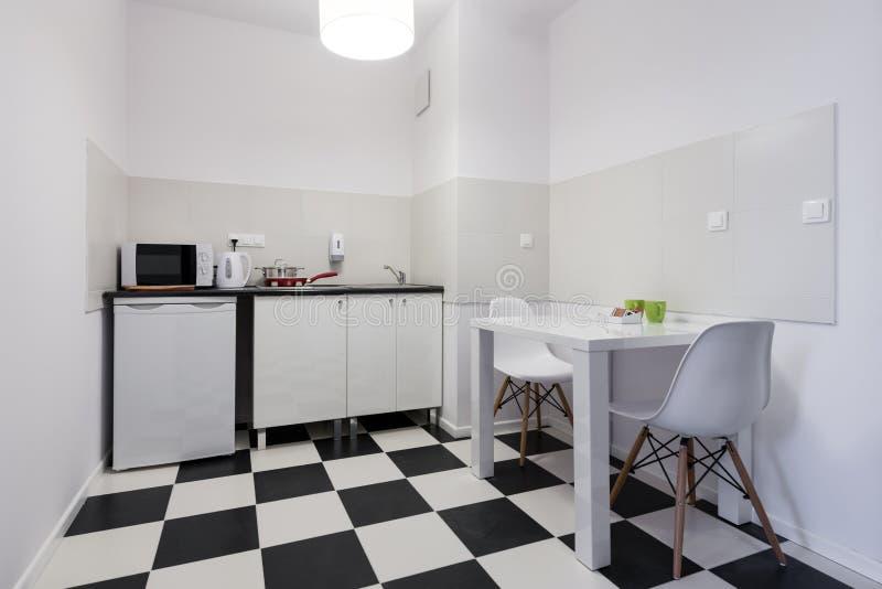 Diseño Interior De La Pequeña Cocina Blanca Y Negra Imagen de ...