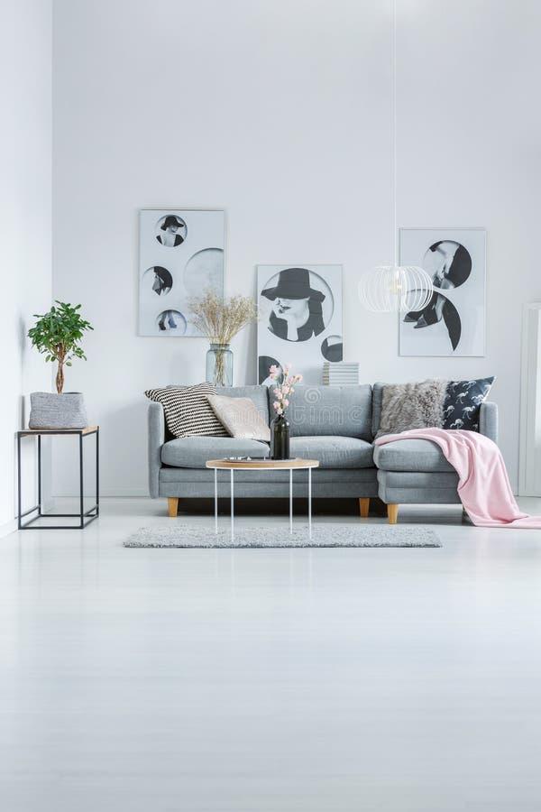 Diseño interior de moda con los carteles imágenes de archivo libres de regalías