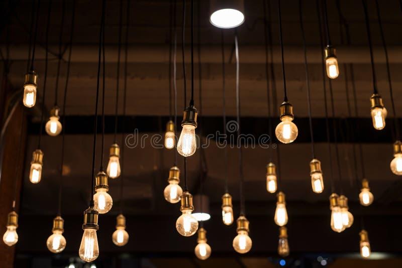Diseño interior de muchas bombillas foto de archivo