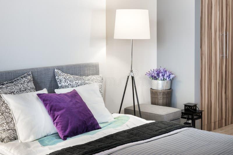 Diseño interior del detalle moderno del dormitorio foto de archivo