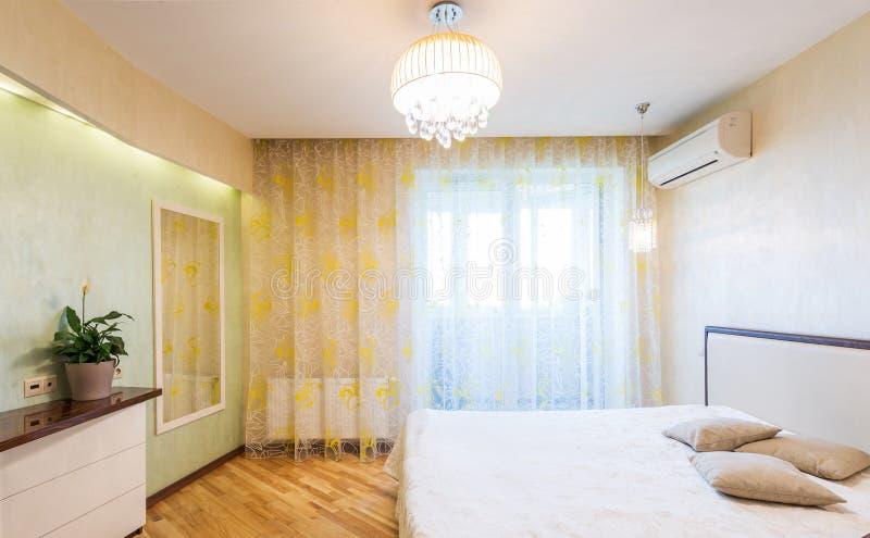 Diseño interior del dormitorio fotografía de archivo
