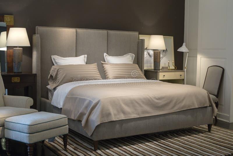 Diseño interior del dormitorio elegante con las almohadas en cama en el supermercado Siam Paragon Siam Paragon es el que está del fotografía de archivo