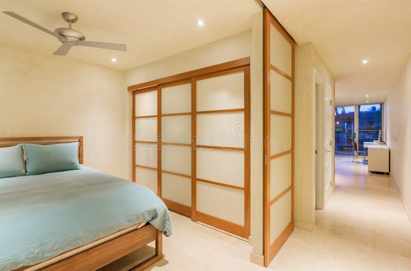 Diseño interior, dormitorio moderno grande imágenes de archivo libres de regalías