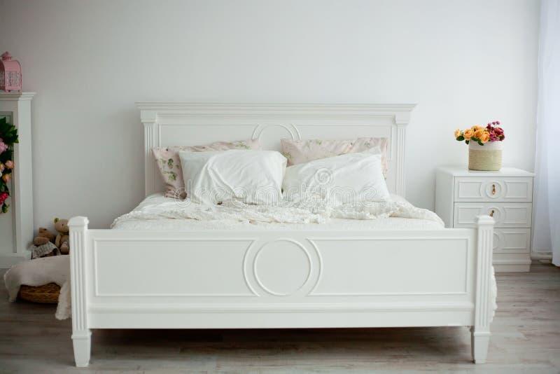 Diseño interior: Dormitorio moderno grande imagenes de archivo