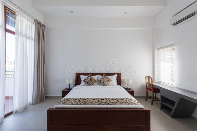 Diseño interior: Dormitorio moderno grande fotografía de archivo