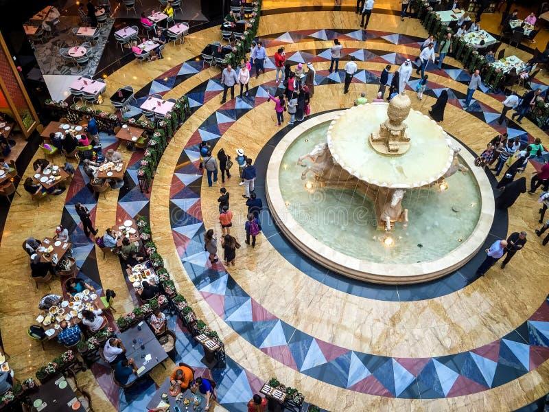 Diseño interior hermoso de alameda de los emiratos pasillo, restaurantes y tiendas imagenes de archivo