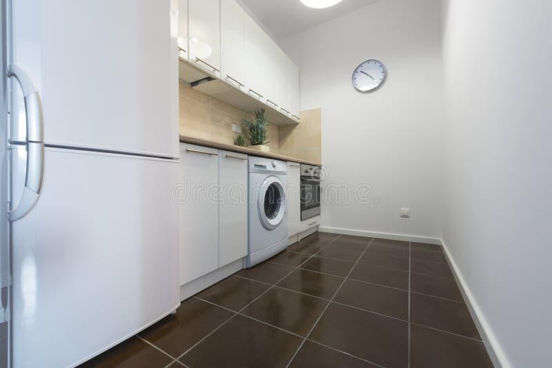 Diseño Interior Limpio De La Cocina Blanca Moderna Imagen de archivo ...