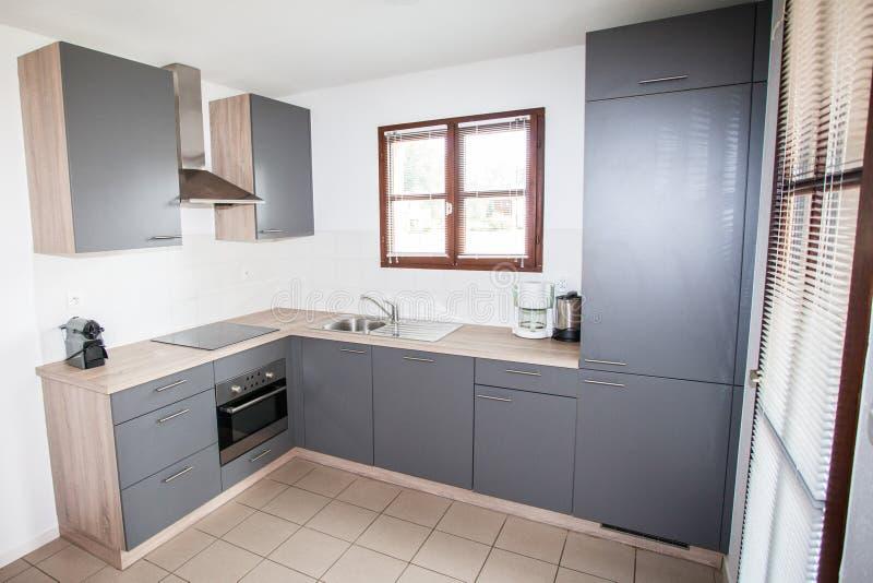 Diseño interior limpio de la cocina moderna imagenes de archivo