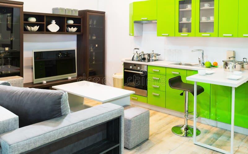 Diseño interior limpio verde de la cocina y del sitio fotografía de archivo