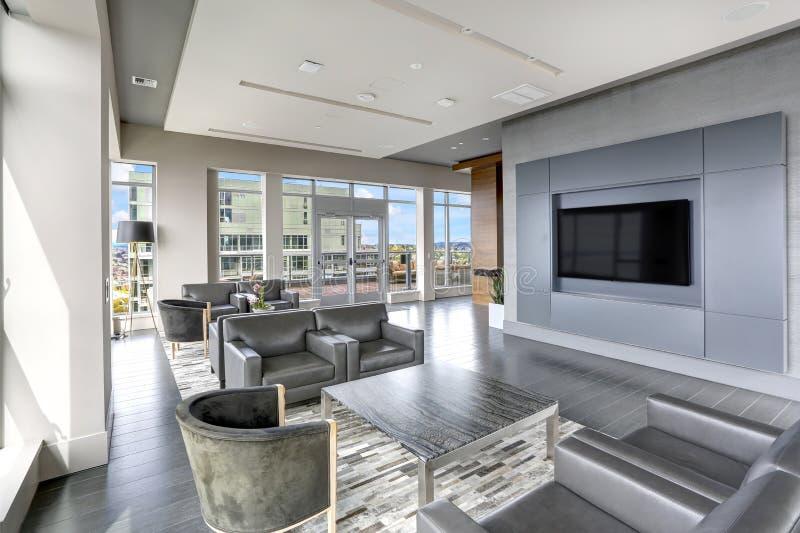 Diseño interior moderno de sala de estar en colores grises foto de archivo