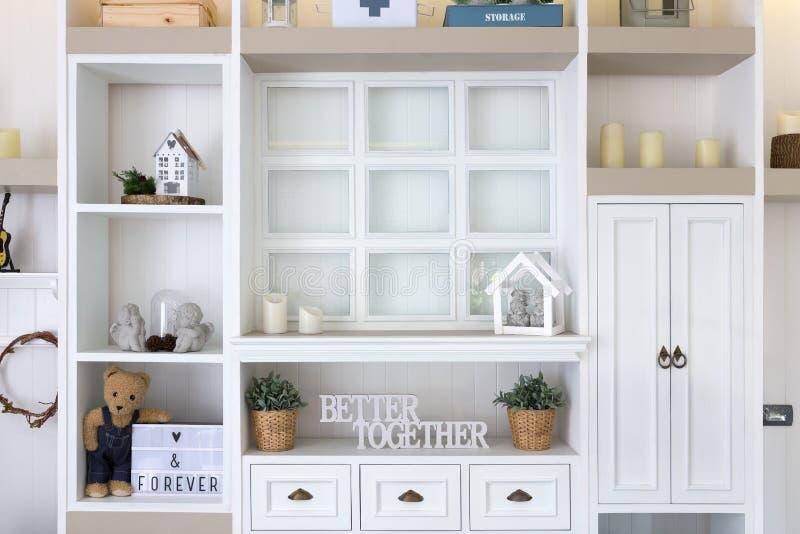 Diseño interior y decoraciones de la pared de madera del estante foto de archivo libre de regalías