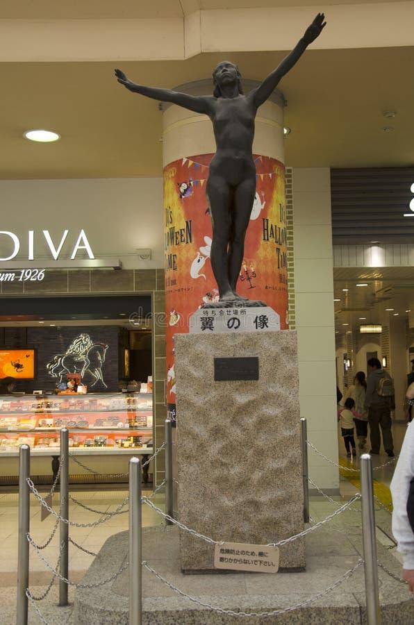 Diseño interior y escultura que tallan el monumento de la mujer dentro de J fotos de archivo