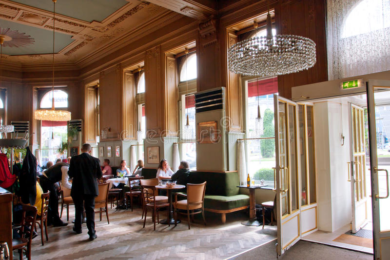 Diseño interior y visitantes del café en VI típico fotografía de archivo