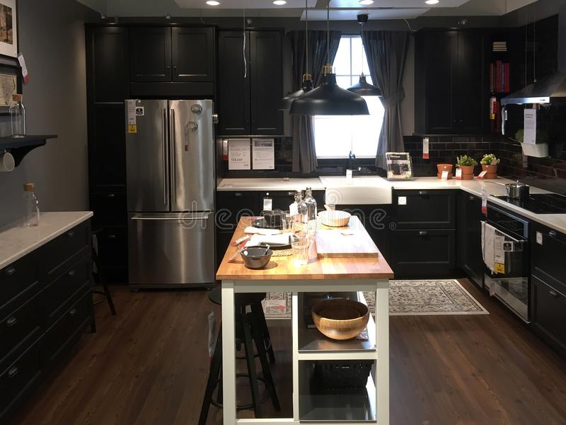 Diseño moderno agradable de la cocina con la isla en la tienda IKEA foto de archivo libre de regalías